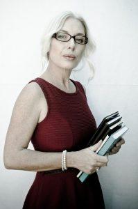 secrétaire tenant des livres dans ses mains
