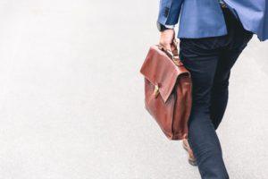 un homme qui marche avec une malette